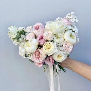 Букет невесты из белых пионов и пионовидных роз art. 05-142