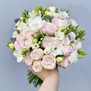 Букет невесты из пионовидных роз и фрезии art.05-120