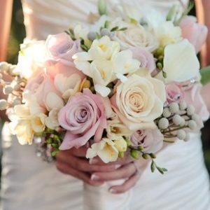 Букет невесты из белой фрезии, роз и белой эустомы art. 05-143