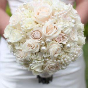 Букет невесты из нежно-кремовых роз и белой гортензии art. 05-150