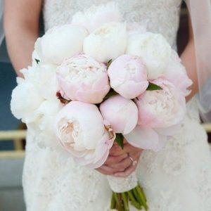 Букет невесты из белых и розовых пионов  art.05-151