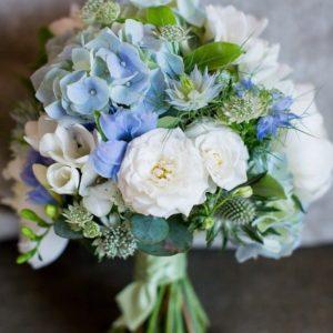 Букет невесты из голубой гортензией и пудровыми розами art. 05-155