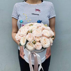 Букет из кустовых пионовидных роз в шляпной коробке Art. 12 031