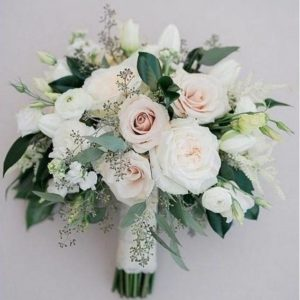 Букет невесты из роз, эустомы, зелени