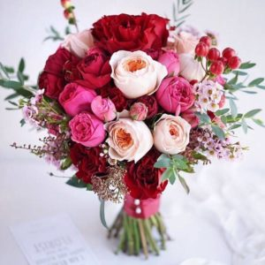 Букет невесты из пионовидных роз красный