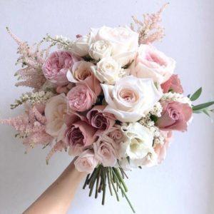 Свадебный букет с нежно-розовыми пионовидными розами