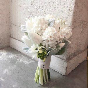 Букет невесты белый для зимней свадьбы