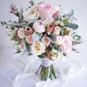 Свадебный букет с розовыми, пудровыми и белыми розами