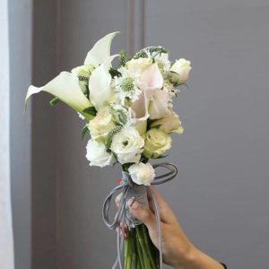 Свадебный букет из белых кал,кремовых роз, белой эустомы