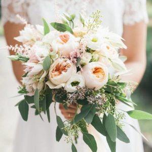 Букет невесты из пионовидных роз, эустомы, астильбы